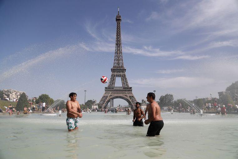 Mensen spelen en baden in de Trocadero fontein voor de Eiffeltoren tijdens een hittegolf op 28 juni.