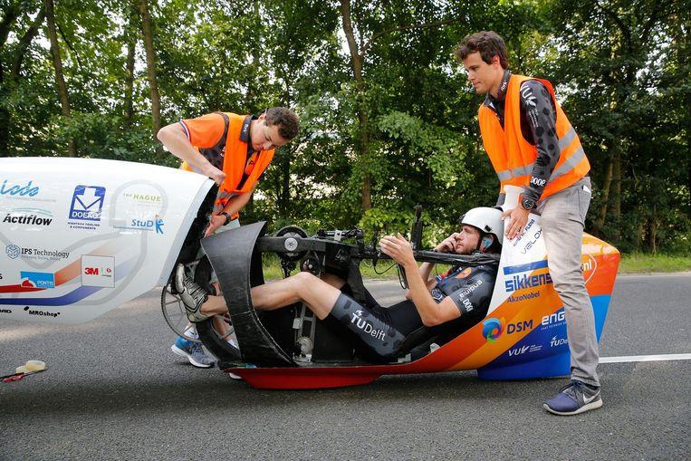 Jan Bos en studenten van de TU Delft en VU Amsterdam testen hun nieuwste aerodynamische ligfiets de VeloX 6. Beeld null
