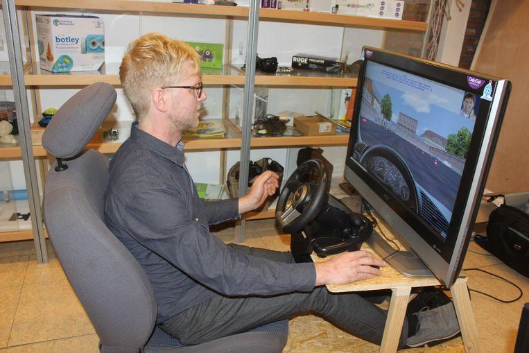 Geert Callebaut in zijn zelf geconstrueerde rijsimulator.