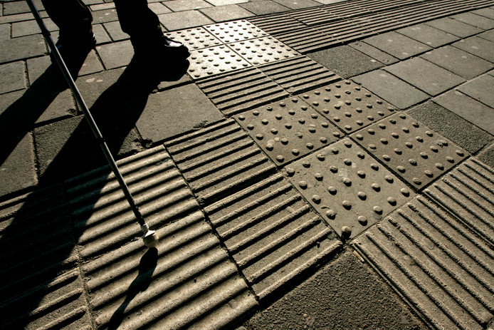Geleideribbels en signaaltegels helpen blinden en slechtzienden hun weg te vinden in de openbare ruimte.