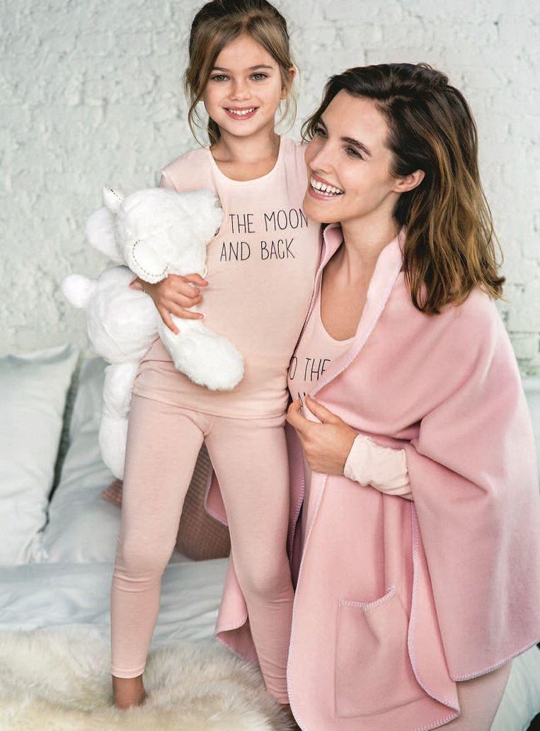 T-shirt voor kinderen: vanaf  € 19,99 Legging voor kinderen: vanaf € 14,99  Fleece XL sjaal in roze of donkergrijs € 29,99 T-shirt voor dames: € 29,99 Legging voor dames: € 24,99