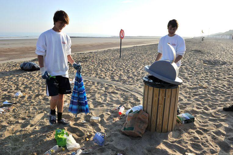 Jobstudenten ruimen het strand van Bredene op (Archiefbeeld).