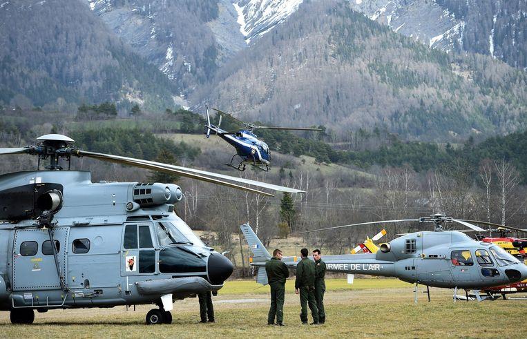 Helikopters van de Franse luchtmacht staan klaar om naar de rampplek te vliegen. Beeld afp