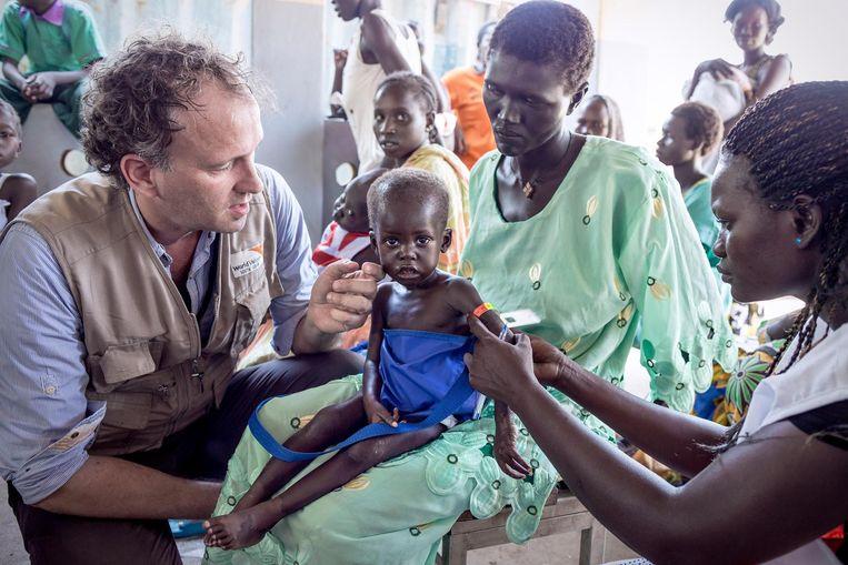 Koos Koen werkt al 3 jaar voor World Vision in Zuid Soedan. Deze organisatie ondersteund o.a. verschillende medische posten in de hoofdstad Juba waar moeder met hun ondervoede kinderen terecht kunnen. Beeld null