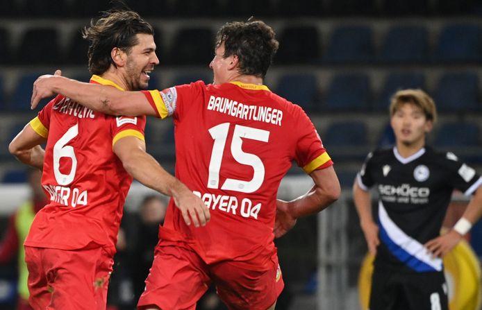 Feest bij spelers van Bayer Leverkusen na de 2-1.