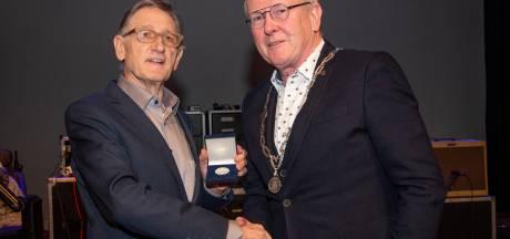 Erepenning gemeente Hilvarenbeek voor cultuurbewaker Louis van Sonderen
