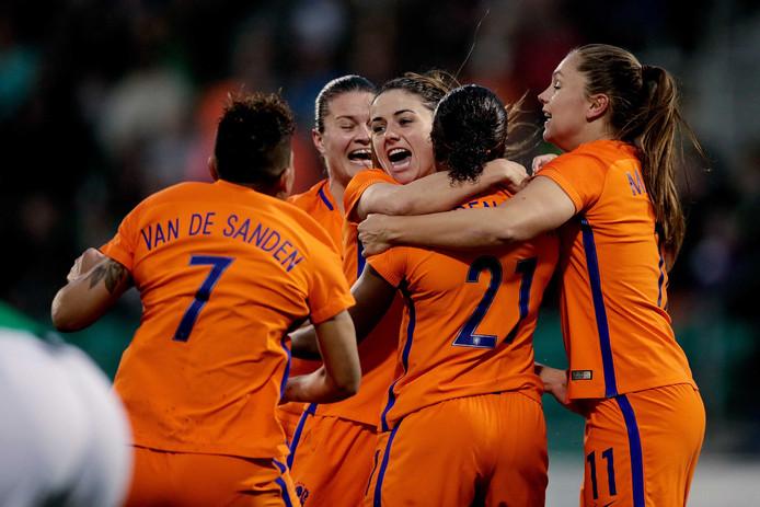 Lineth Beerensteyn, Shanice van de Sanden, Danielle van de Donk en Lieke Martens zijn blij na een goal.