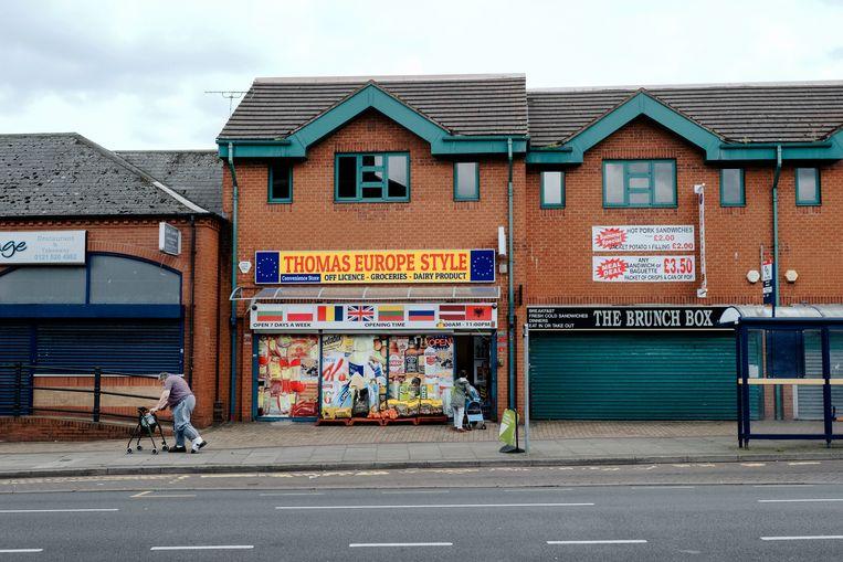 Op een plein in Tipton is alleen de shop met producten voor buitenlandse werknemers nog open.  Beeld Merlin Daleman