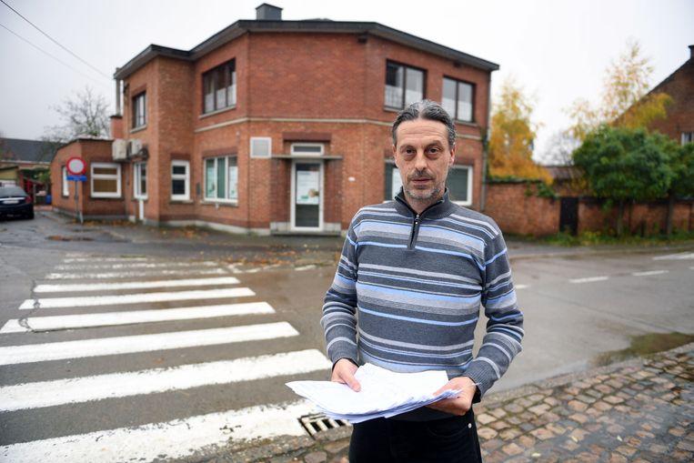 Zaakvoerder Geert van het Buurthuis in Nieuwrode, met een petitie tegen het verdwijnen van de laatste bankautomaat.