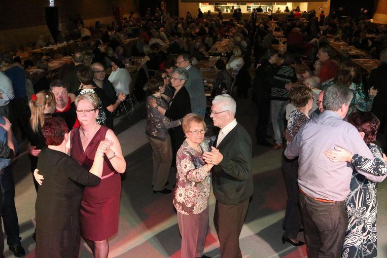 Een aantal senioren waagt zich op de dansvloer in zaal Manège.