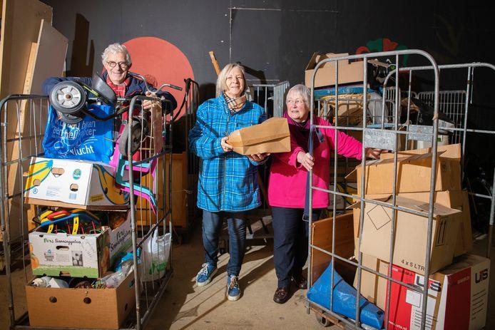 Er is geen verwarming, maar bestuursleden Wim Pohlmann, Jannie van Gent en Marleen Turner zijn dolblij dat stichting Derde Hands weer onderdak heeft.