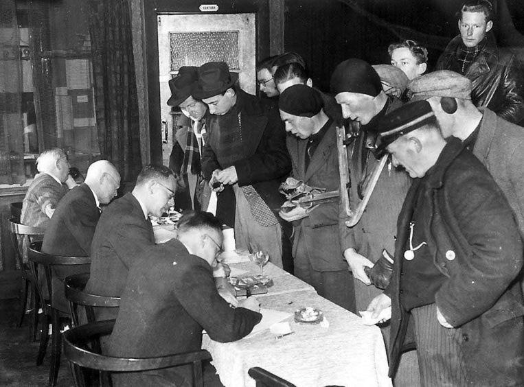 Inschrijving voor deelname aan de Elfstedentocht van 1941 Beeld ANP