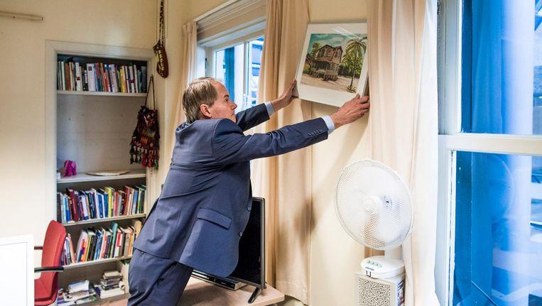 Harry van Bommel haalt zijn spullen weg uit zijn kamer in de Tweede Kamer. Beeld Freek van den Bergh / de Volkskrant