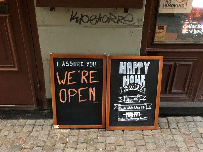 Cafés verzekeren mogelijke klanten dat ze open zijn.