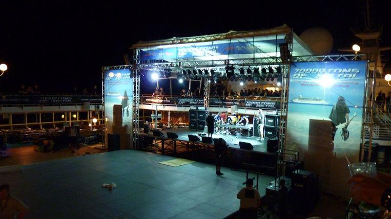 Het was al lang donker toen het podium eindelijk klaar was.