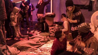 Ngo-schip met migranten mag na twee weken op zee aanmeren in Napels