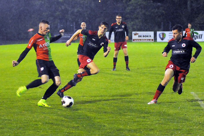 Jos Westerhout (links), hier in actie tegen Terneuzen, hield aan een botsing op het soccertoernooi een gebroken knieschijf over.