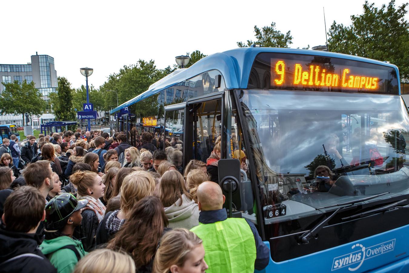 Scholieren en studenten verdringen zich bij de bus van Keolis-voorloper Syntus op het station in Zwolle in de pre-coronatijd.