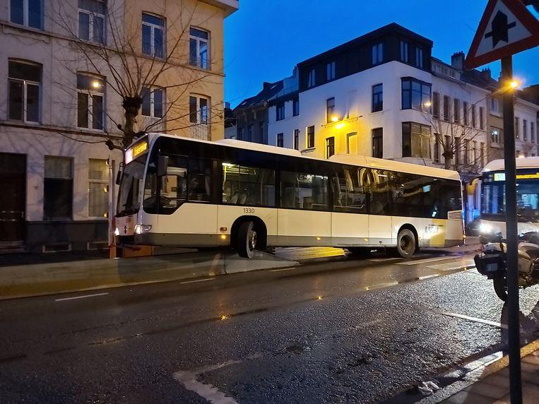 Een bus staat twee uur vast op een betonblok in de In de Van Maerlantstraat.
