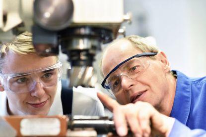 Wie levert de beste techniekers af: het onderwijs of de bedrijfswereld?
