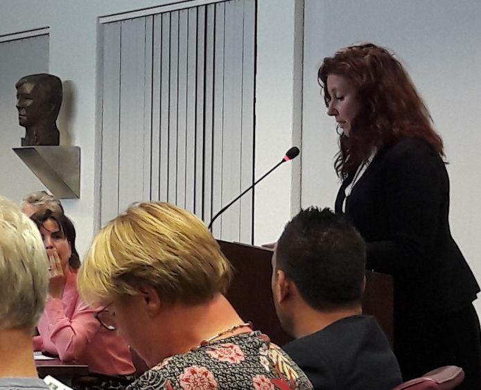 Wethouder Renate Richters, vorige week in de gemeenteraad van Eindhoven. Raadsleden vroegen haar waarom er nog steeds inwoners zonder zorg komen te zitten door vertraging bij het 'servicebureau' van de gemeente.