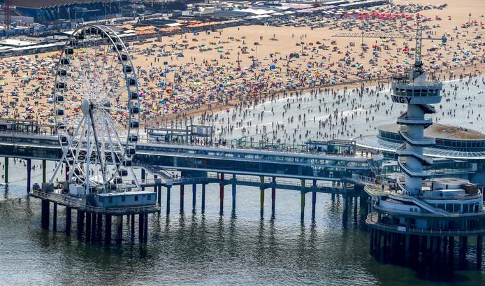 Topdrukte onder andere op het strand van Scheveningen door aanhoudende hitte in Nederland.