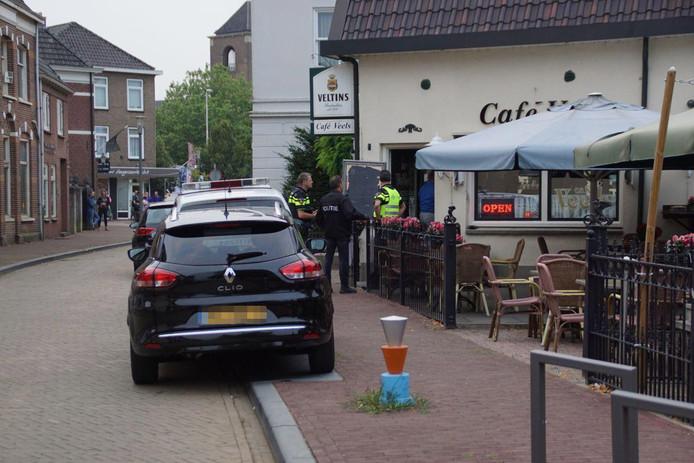Politie bij café Veels in de Deurvorststraat in Ulft.