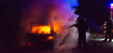 Auto gaat in vlammen op aan Nuijeneind in Bakel