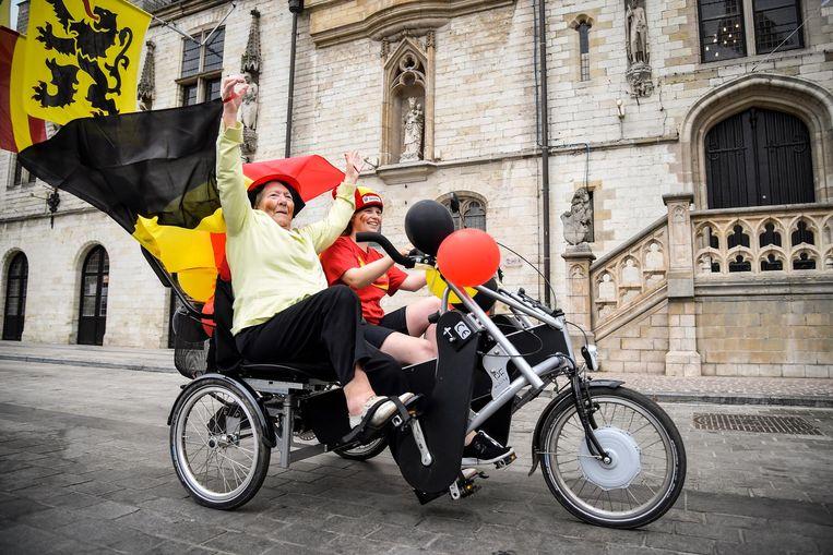 Caroline Saerens rijdt samen met haar ergotherapeute Lisa Colman door de stad.