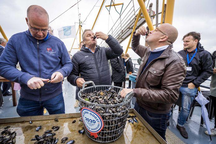 Voetbalanalist Jan Boskamp (M) en de Vlaamse dj Sven Ornelis (R) gaven op 4 juli het startschot voor het nieuwe seizoen van de Zeeuwse bodemcultuurmosselen.