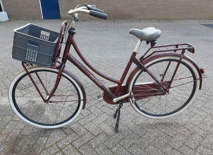 Een van de fietsen die achterin het busje van de verdachten verdween, op de Avezaathstraat in Tiel.