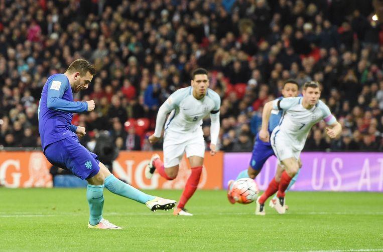 Vincent Janssen scoort op Wembley vanuit een strafschop. Beeld epa