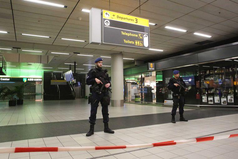 Vertrekhal 3 is door politiedienst marechaussee afgezet en ontruimd. De vertrekhal is inmiddels opnieuw vrijgegeven.