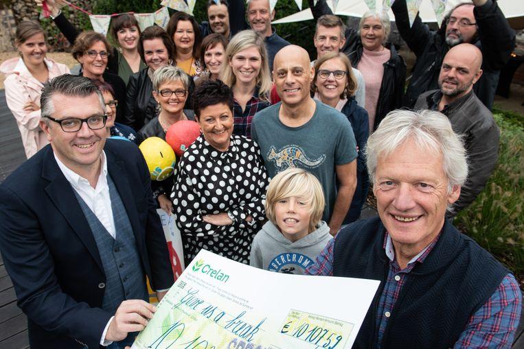 Eric Meirhaeghe (rechts) kon aan Kristophe Thijs van 'Give us a Break' een cheque van meer dan tienduizend euro overhandigen.