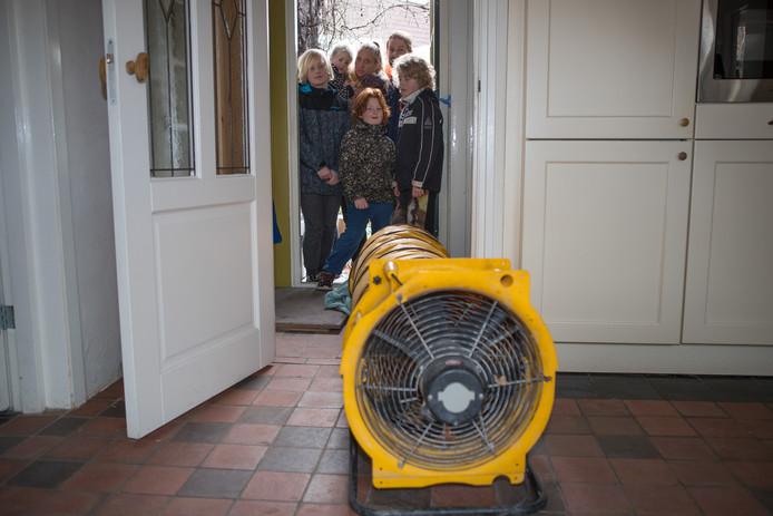 De familie Hofman moest het huis uit in verband met giftige dampen.