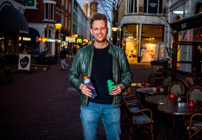 De 26-jarige Joop Opmeer bedacht een flesje en een medicijndoos ineen. Zo hoeven medicijngebruikers niet te zoeken naar water of naar hun medicatie.