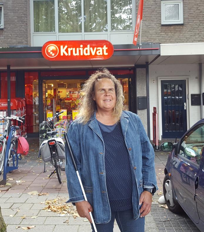 Ingrid van Kranen voor de Kruidvat aan het Moleneindplein in Vught.