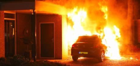 Auto brandt uit vlakbij voordeur woning aan Gezellehof in Oss