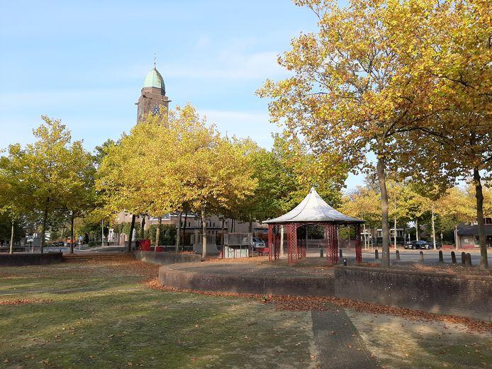 Het Willem-Alexanderplein zoals het plein nu is, met veel verharding. Op de achtergrond de kerk.