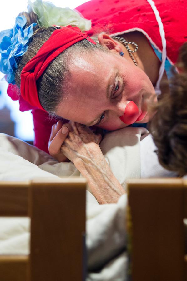 TT-2019-014173 - Glanerbrug - Marco Poos (clown Coco) , Jantina Boedeltje (alias minou ) en Karin Knobbe (contactclown Clara/met bril) van Liberein zijn activiteitenbegeleiders dementie. Soms gaan ze clownen, dwz als clown op bezoek bij mensen met vergevorderde dementie. Het lijkt vreemd, misschien wel ongepast, maar met een rode neus op, ontlokken ze soms toch reactie. editie alle      Fotografie: Cees Elzenga/hetoog.nl  CE20191031