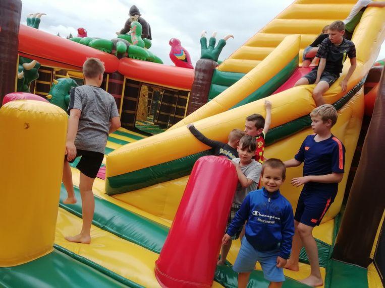 Kinderen zoeken hun weg in één van de vier thema's, het jungle-gedeelte.