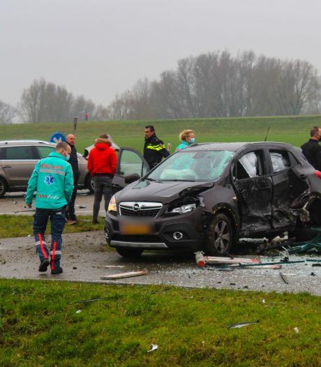 Auto vliegt na botsing door bushokje in Zutphen, bushokje volledig in puin