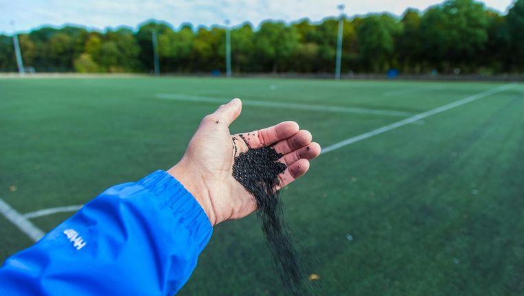 Het Rijksinstituut voor Volksgezondheid en Milieu (RIVM) moet mogelijk extra onderzoek doen naar eventuele gezondheidsrisico's van rubberen korreltjes die verwerkt zijn in kunstgrasvelden. Beeld anp