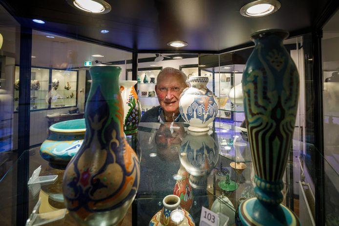Gradus Laar laat de expositie zien.