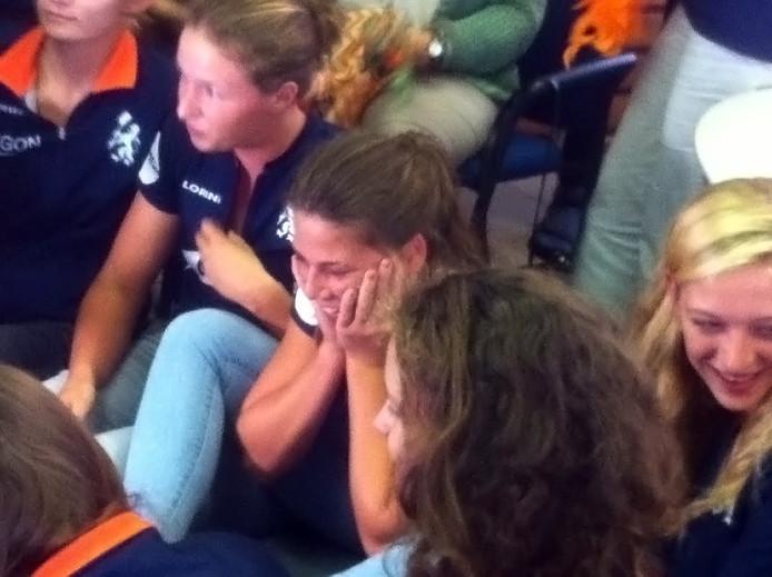 De zus van Ilse Paulis kan haar geluk niet op na winst gouden plak Olympische Spelen