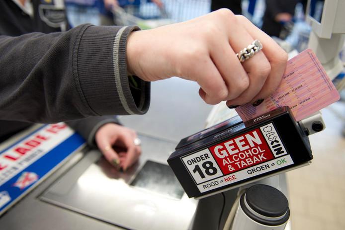 Een ID-swiper, een scanapparaat voor identiteitsbewijzen, bevestigd aan de kassa van een supermarkt.