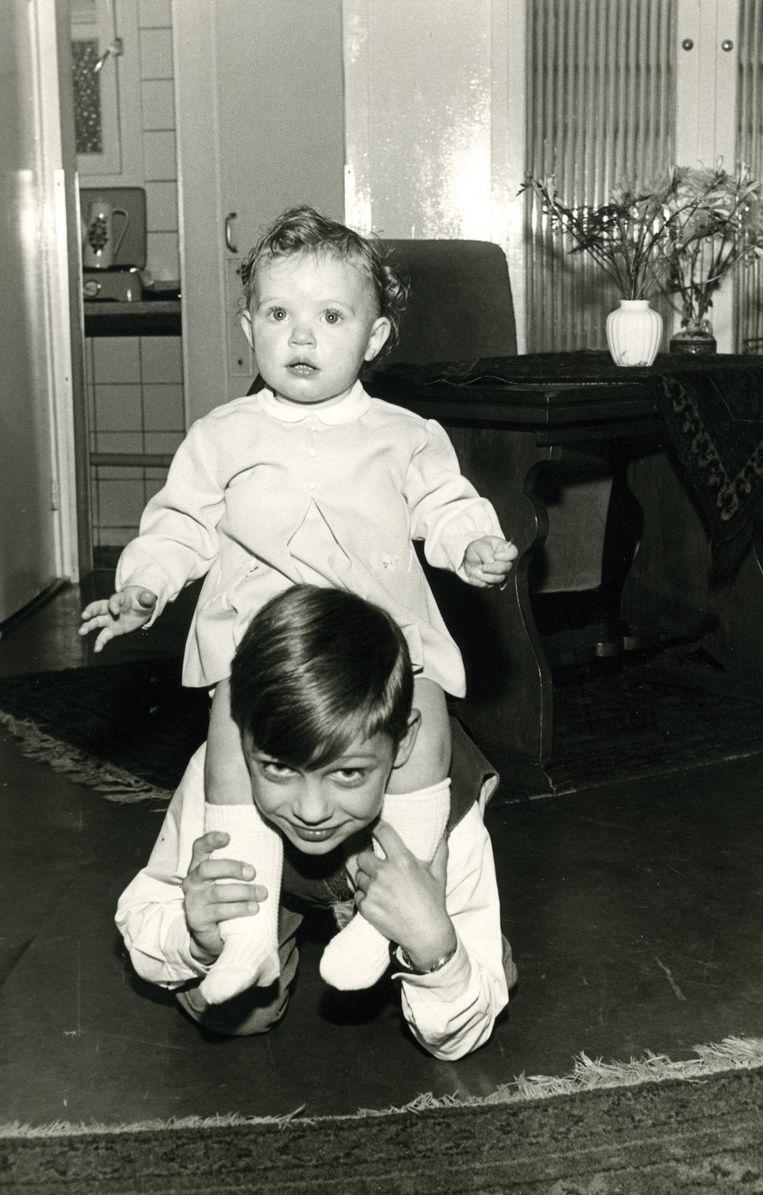 Willem (8) met zijn zusje Astrid op haar eerste verjaardag. Beeld Privécollectie Stien Leipoldt