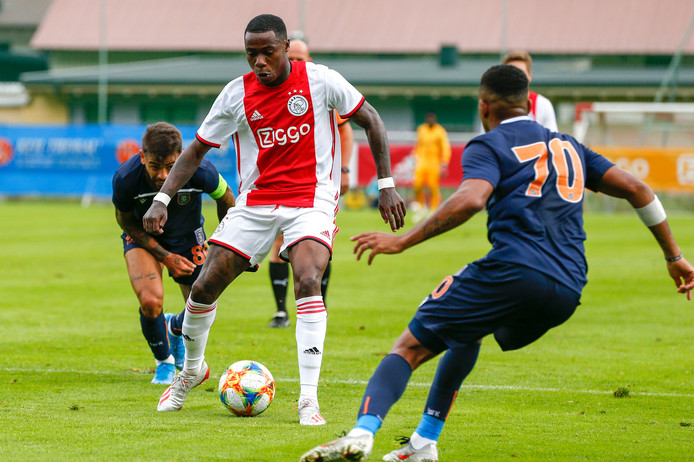 Quincy Promes namens Ajax in actie tegen Istanbul Basaksehir.
