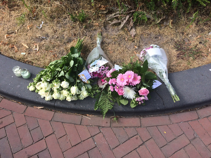 Voor het huis van Laura Korsman is spontaan een kleine gedenkplek met bloemen en kaarsjes ontstaan.
