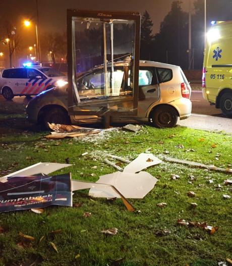 Ravage nadat auto reclamebord ramt op singel in Enschede